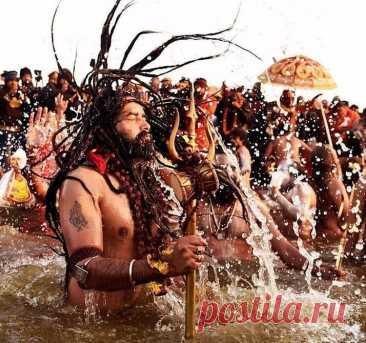 Индийский праздник для тех, кто не хочет здесь больше рождаться - Мужской журнал JK Men's Каждый год индусы отмечают самый массовый в мире религиозный индийский праздник для тех, кто не хочет здесь больше рождаться, – Кумбха Мела. В переводе на русский это праздник Кувшина. Это настолько популярный обряд, что даже критическая ситуация, вызванная эпидемией коронавируса, не стала препятствием для его массового празднования.