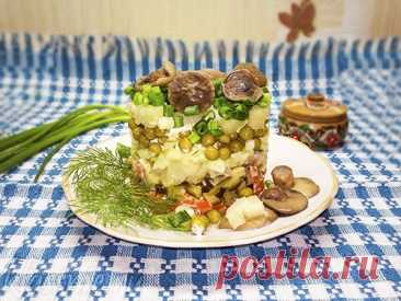 """Салат """"Грибная поляна"""" с маринованными грибами: рецепт с фото Самое красивое и нарядное блюдо праздничного обеда - салат """"Грибная поляна"""", что аппетитно украшено маринованными шампиньонами, опятами или маслятами. Основу салата составляют овощи: картофель, морковь, огурец и зеленый горошек. Слои пропитаны сметаной. А на самой вершине """"поляны"""" - кругленькие шляпки грибов."""