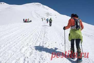 Покоривший Эльбрус альпинист назвал главную опасность горы. Самая главная опасность, которая может поджидать при восхождении на Эльбрус, — непогода, считает покоривший гору альпинист Сергей Ефимов. По словам Ефимова, в целом Эльбрус — достаточно простая гора, но для восхождения надо быть физически подготовленным и пройти подготовку хождения по льду и снегу.