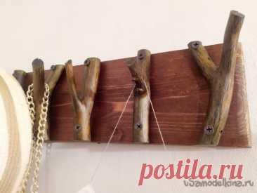 Самодельные вешалки Вешалки - необходимый предмет интерьера и мебели. Вешалку легко сделать своими руками для ключей, одежды, кухонной утвари и другого.
