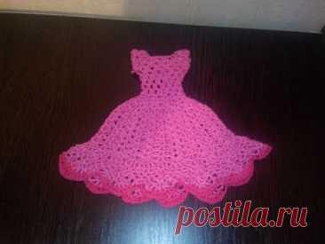El vestido para la muñeca de Barbi por el gancho часть1