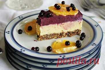 СЫРОЕДЧЕСКИЙ АПЕЛЬСИНОВО-ЧЕРНИЧНЫЙ ЧИЗКЕЙК   Этот яркий торт имеет глубокие, насыщенные цвета, которые радуют глаз. Вкус его насыщен и божественнен.  Ингредиенты:  ОСНОВА:  2 стакана сырых орехов;  1 стакан фиников или изюма;  щепотка соли.  АПЕЛЬСИНОВЫЙ СЛОЙ:  3 стакана кешью;  3/4 стакана свежевыжатого апельсинового сока;  1/2 стакана агавы/кленового сиропа;  1/2 стакана растопленного кокосового масла;  Сок одного лимона;  Цедра апельсина;  Щепотка соли.  ...