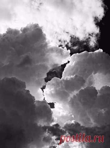 МОЛИТВА ____________  Пока Земля еще вертится, пока еще ярок свет, Господи, дай же ты каждому, чего у него нет: мудрому дай голову, трусливому дай коня, дай счастливому денег... И не забудь про меня.  Пока Земля еще вертится, Господи, — твоя власть! — дай рвущемуся к власти навластвоваться всласть, дай передышку щедрому хоть до исхода дня. Каину дай раскаянье... И не забудь про меня.  Я знаю: ты все умеешь, я верую в мудрость твою, как верит солдат убитый, что он проживает...
