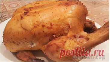 Курица, запеченная в духовке целиком Очень вкусная курица, запечённая в духовке целиком с аппетитной корочкой. Мясо получается нежным, сочным и ароматным. Отличный рецепт на праздничный стол!Ингредиенты:курица – 1,5 кг.;чеснок – 6 зуб.;с...