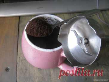 Как смолоть кофе погружным блендером Кончился кофе, осталось только в зернах, до города далеко... а кофе надо, кто знает тот поймет. Чем измельчить зерна? Думал молотком, не, ерунда... В хозяйстве есть погружной блендер, нашел под него чашку удобной формы. Насыпал зерен в чашку, достаточное количество чтобы покрыло нож. Включил...