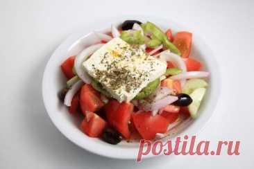 Правильный греческий салат и тонкости его приготовления - БУДЕТ ВКУСНО! - медиаплатформа МирТесен Наверняка каждая хозяйка уверена, что сделать греческий салат не труднее, чем нарезать всеми любимый оливье. Однако практика показывает, что правильный греческий салат, который постоянно едят в Греции, сильно отличается от того блюда, которое мы называем греческим салатом. В чём же различия?