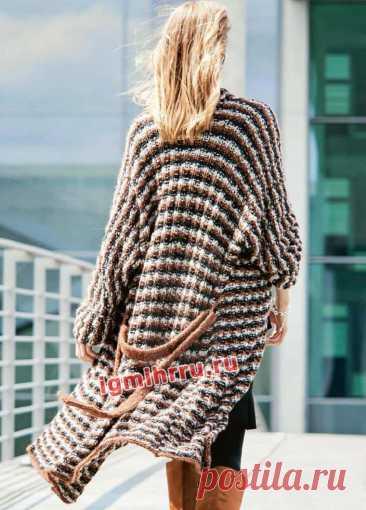 Пальто с трехцветными полосами, связанное единым полотном. Вязание спицами со схемами и описанием