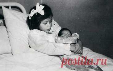 Самая молодая мама в истории: как сложилась жизнь Лины, родившей здорового ребенка в 5 лет Эта история произошла в 1939 году. Ее главной героиней стала обычная девочка из Перу Лина Медина. 14 мая в местной больнице с помощью кесарева сечения она родила здорового мальчика весом 2,7 кг. С этого дня Лина считается самой молодой матерью в мире, поскольку на момент родов ей было всего 5 лет. Невероятным событием в истории […] Читай дальше на сайте. Жми подробнее ➡