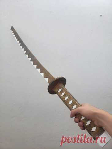 Деревянная катана - игрушка для детей Катана - это японский меч. Конечно мы не будем разбирать в статье изготовление настоящего оружия, это скорее подобие катаны из дерева. У изделия нет острых углов и она служит в качестве игрушки. Инструменты и материалы:-Фанера (1 см x 1 м x 2 м);-Доска (1 см x 25 см x 15 см);-Отделочные