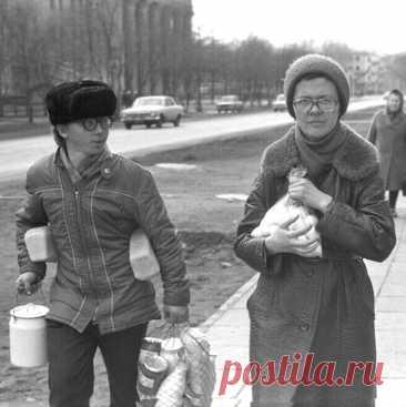 Что ел советский человек В этой подборке фотографии различных продуктов питания времен СССР, от сыра на Кавказе в 20-х до хлеба и яиц в Новокузнецке 80-х.