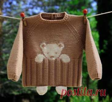 Мишка на вязаном свитере с лапками, выглядывающими из-под него