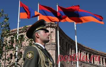 """В Армении прошла минута молчания по случаю годовщины войны в Карабахе. Мемориальный комплекс """"Ераблур"""" посетили члены правительства и парламента, а также представители иностранных диппредставительств"""