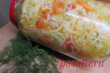 Салат из капусты в горячем маринаде  На трёх литровую банку: Капуста- 1 небольшой кочан Морковь - 1шт. Чеснок -3 зубчика Лук репчатый 1-2 шт. Перец болгарский красный Зелень- по вкусу. Для рассола: Вода- 1,5 литра Соль- 2 ст. ложки. Масло растительное - 1/2 стакана. Сахар- 4 ст. ложки Уксус 70%-1 ст.ложка. Капусту ,морковь,чеснок, лук , перец и зелень режем , кладём в миску, перемешиваем аккуратно и укладываем в банку. Воду кипятим, добавляя соль, масло, сахар и уксус.Полу...
