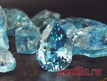 Аквамарин: свойства камня икому онподходит поЗнаку Зодиака Аквамарин— один изсамых красивых камней-талисманов вприроде, являющийся разновидностью камня берилла. Онобладает особой расцветкой, похожей наголубое море.
