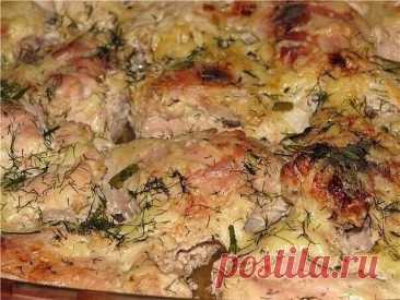 Курица в кефире Продуктов минимум, а вкус - ну просто изумительный! Ингредиенты: - 1 курица - 0,5-0,75 л кефира - соль, приправы для курицы Курицу промыть, разрубить на порционные куски. Затем посыпать солью и щедро приправкой для курицы. Кусочки курицы переложить в емкость для маринования и залить кефиром, чтобы он полностью покрыл курочку. Оставить мариноваться минимум на 2 часа. Затем переместить курочку в огнеупорную форму вместе с маринадом и запечь при 180*С около часа до румяной кор