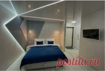 Спальня с ассиметричным освещением. Смотрится стильно