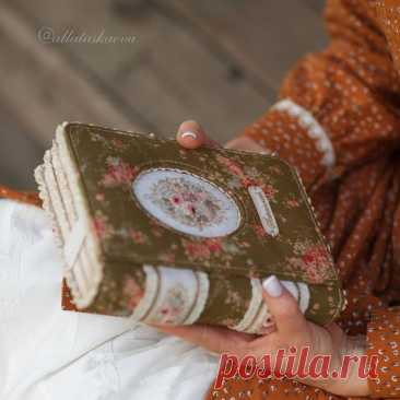 Хотите окунуться в волшебство? Сшейте себе такой же❤. Бумажные листочки, кусочки ткани, кружева на глазах превратятся в самый настоящий блокнот, который прослужит не только Вам, но и Вашим потомкам. Создай историю своими руками! С курсами @allataskaeva возможно все🥰