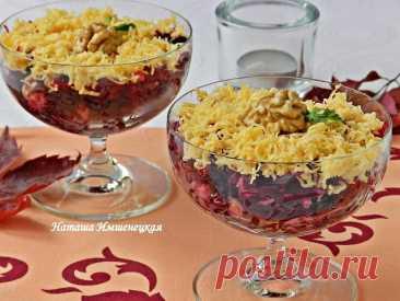 Свекольный салат с сыром  Свекольный салат с сыром можно приготовить как в будни, так и для праздничного стола. Салат получается ярким, имеет оригинальный вкус. Обязательно понравится любителям пикантных овощных салатов. Для приготовления свекольного салата с сыром понадобится: 2 отварные или запеченные свеклы; 70-80 г сыра; 2 зубчика чеснока; 4-5 грецких орехов; 7-8 штук чернослива; майонез для заправки.  Свеклу очистить и натереть на крупной терке.  Грецкие орехи очистит...