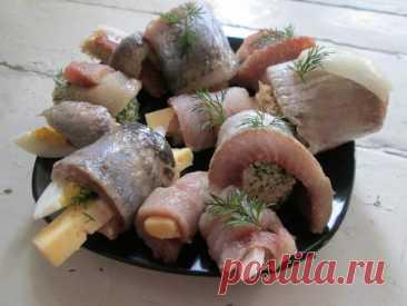 Рулетики из селёдки, несколько вариаций начинок для оригинальной закуски - Ваши любимые рецепты - медиаплатформа МирТесен Сама рыба – это уже мини-праздник! Что может быть вкуснее и актуальней, чем селедка к жаренной картошке (истинные гурманы меня сейчас поймут))? Но и над подачей, и над приданием рыбке разных вкусовых нот, тоже можно немного поработать. Итак, за основу я взяла самую простую рыбу. И «утяжелила» себе