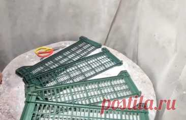 Идея для дачи из сломанных пластиковых и деревянных ящиков Пластиковые и деревянные ящики — незаменимая вещь для садоводов. Причем могут пригодиться не только целые, но и сломанные ящики. Так, например, из сломанных ящиков можно сделать симпатичный забор для ...