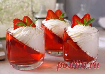 Strawberry jelly with magnificent cream