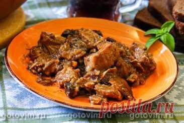 Мясо в квасе, тушенное с ржаными сухариками. Рецепт с фото Мясо, тушенное в квасе с добавлением ржаных сухариков, томят при температуре не более 150С, пока оно не стянет настолько мягким, что его можно будет легко разделить на волокно без ножа. Готовую свинину подают горячей как подливку к любому гарниру по вкусу (подойдет картофельное пюре, рис, гречка или макароны).