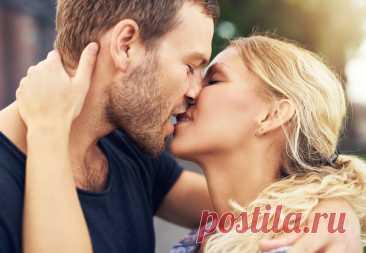Влюбить одним поцелуем: 3 техники, которые сведут его сума Поцелуй – это настоящая магия. Этот способен взаимодействия между мужчиной и женщиной действительно способен творить чудеса. Он может свести его с ума, влюбить в вас раз и навсегда, или восстановить утраченную романтику и пыл в отношениях. Мы расскажем про три техники, которые помогут вам стать настоящим мастером в этом деле. Дразнящий поцелуй Дух соперничества – в крови у каждого мужчины. Они хотят покорять, побе...
