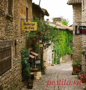 Перуж - средневековья деревня во Франции