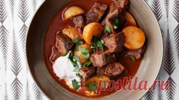 👌 Готовим вкуснейший гуляш из говядины с картошкой, рецепты с фото Гуляш — самое знаменитое блюдо венгерской кухни. Существуют десятки версий этого безумно вкусного блюда, но сегодня мы приготовим, возможно, самую лучшую. Это будет гуляш из говяди...