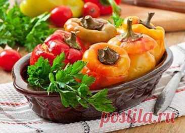 Фаршированный перец в духовке: 8 вариантов наполнения болгарских «стаканчиков» - БУДЕТ ВКУСНО! - медиаплатформа МирТесен Болгарские перцы с рисовой, мясной или овощной начинкой давно завоевали популярность у хозяек благодаря отменному вкусу, аромату и сытности. Яркие плоды красного, зеленого или желто-оранжевого цвета красиво и аппетитно выглядят на тарелке. Готовят блюдо чаще в кастрюле или сковороде, однако