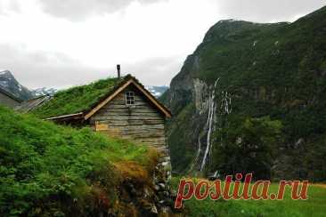 Красивая Норвегия Название государства происходит от древнескандинавского слова, которое в переводе означает «Путь на север». Территория Норвежского Королевства богата холмами и нагорьями, долинами и островами, омываемыми морями. Большую часть территории занимают необитаемые горы, ледники и болотистые местности.