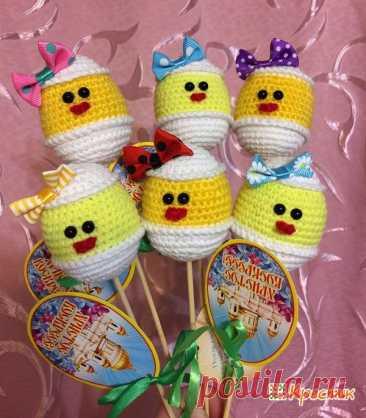El pollo de Pascua por el gancho: ¡tejan los regalos a la Pascua por las manos! | la cruz