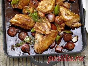 Тушеная курица в красном вине Ингредиенты:набор овощей для супа (корень сельдерея, морковь, лук-порей, петрушка) лук-шалот - 12 шт. чеснок - 5 зубчиков тимьян - 4 веточки соль, перец - по вкусу лавровый лист - 3 шт. шампиньоны - 300 гкуриная грудка на кости - 1400 г мука - 4 ст. л. оливковое масло - 2 ст. л. томатная...