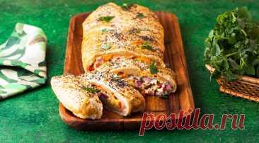 «Коса» с омлетом, ветчиной и сыром - Журнал Советов Прекрасный рецепт для позднего завтрака в воскресенье! Готовить проще, чем кажется на первый взгляд. ИНГРЕДИЕНТЫ 400 г слоеного бездрожжевого теста 7 яиц 250 г ветчины 120 г твердого сыра (гауда, эдам, чеддер) 120 г сливочного сыра с зеленью половина сладкого красного перца 1 ст. л. сливочного масла 1 ч. л. мака соль, свежемолотый черный перец […]