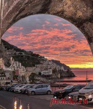 Под мостом на закате, Амальфи, Италия