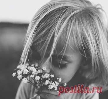 7 ранений дочери нелюбящей матери В детстве девочка впервые узнает о том, кто она - в зеркале, которым для нее является лицо ее матери. Она понимает, что ее любят, и это чувство – что она достойна любви и внимания, что ее видят и слышат – придает ей силы, чтобы расти и стать самостоятельной личностью.