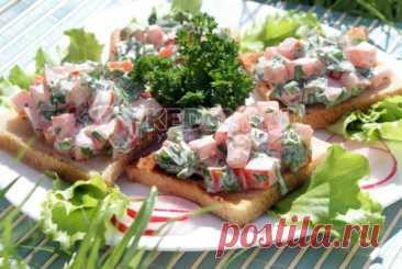 Бутерброды на природу к шашлыку Бутерброды на природу к шашлыку, это поджаренные на костре кусочки хлеба с сочными помидорами, чесноком и зеленью, которые моментально разлетятся на пикнике.