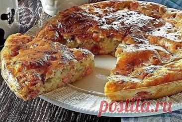 Простой наливной пирог Ингредиенты: - 2 яйца - 0.5 ч. ложка соли - 1 стакан муки - 1 стакан кефира - 1 ч. ложка соды Начинка: - 300 гр фарша (мясного или рыбного) - 2-3 луковицы, порезать кубиками - соль, перец - по вкусу Приготовить начинку: лук мелко нарезать, пассеровать на растительном масле затем добавить мясной или рыбный фарш и чуть поджарить его с луком. Посолить, поперчить. Из предложенных ингредиентов замесить не густое тесто, поделить его на 2 части. В смазанную маслом форму налить 1