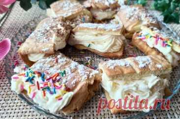 Рецепты пирожных в домашних условиях простые и вкусные. Порционные десерты очень популярны на различных торжествах.  В повседневной жизни рецепты пирожных пригодятся, если вы ждете гостей или планируете провести званый ужин.  Рецепты пирожных – это безграничное пространство для полета фантазии.  Чаще всего они заправлены начинкой и украшены кремом.  Пирожные – это лакомство, от которого мало кто может отказаться.