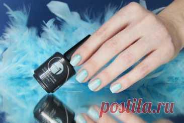 Голубой маникюр - 25 красивых и модных идей дизайна ногтей (фото) Голубой маникюр, как правило, смягчает контуры, визуально удлиняет пальцы и выгодно смотрится с разными оттенками кожи. Вдохновляйся нашими идеями дизайна ногтей!