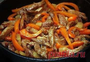 """Свинина по-китайски    Не стоит думать, что если блюдо """"свинина по-китайски"""" не относится к традиционным и привычным для нас, то это значит, что оно сложное и его трудно готовить. Совсем наоборот и сейчас вы в этом убедитесь.    Ингредиенты:    Свиная шея 350 г  Сахар песок 5 г  Имбирь молотый 1 ч.л  Морковь-мини 100 г  Ананасы консервированные 200 г  Крахмал картофельный 15 г  Соевый соус 50 мл  Масло подсолнечное 40 мл  Перец сладкий оранжевый 1 шт.    Приготовление:    ..."""