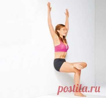8 ИНТЕРЕСНЫХ УПРАЖНЕНИЙ, для выполнения которых вам понадобится только стена. - Журнал Советов Упражнение №1. Станьте на небольшом расстоянии от стены, облокотитесь об нее спиной и присядьте так, чтоб левое бедро было параллельно полу. Правую ногу закиньте на левую, положив ступню на колено. Руки поднимите вверх, слегка согните в локтях и прижмите к стене. Во время подъема опускайте руки через стороны вниз, во время приседания снова поднимайте вверх. […]