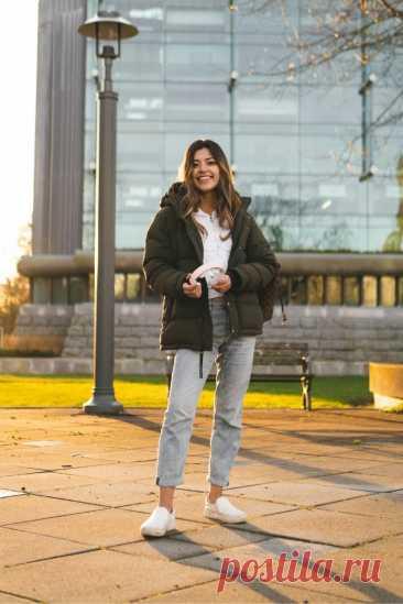 Стеганая куртка и брюки из светлого денима. Для прогулки - осенний образ 2021. Тенденции моды осень-зима 2021/2022