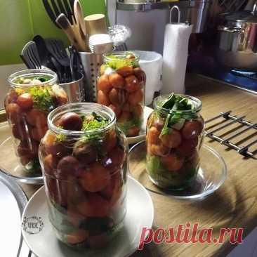А я опять мариную помидоры, ну очень вкусные..  Ингредиенты: Маринад: - на 1 литр воды - 3 ст.л. сахара - 1,5 ст.л. соли - 1ст.л. укс.эссенции  Как готовить: Кипятим,заливаем,10 мин.,сливаем,кипятим, заливаем, закручиваем Понравился рецепт? ஜ═══════๑♡๑═══════ஜ Приятных хлопот на кухне и спасибо, что вы с нами!