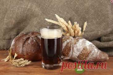 Рецепт классического хлебного кваса: пошаговая инструкция Ранее мы писали об истории кваса и о том, вреден ли он. Теперь публикуем рецепт приготовления классического кваса.  Ингредиенты и посуда: хлеб ржаной, свежие дрожжи (15 гр), сахар, горячая вода, трехлитровая банка.  Первый шаг  Нарезаем хлеб, ставим кусочки в духовку просушиться. В духовке просушить кусочки ржаного хлеба.  Второй шаг  Достаем литровую банку, насыпаем туда сахар и сухари. Так мы приготовим за...
