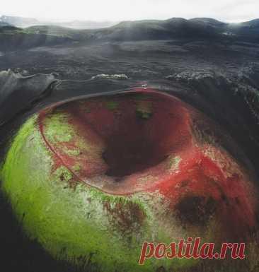 Кратер в Исландии похожий на большое яблоко... Фото Benjamin Hardman.