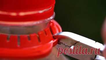 5 полезных поделок из горлышек и ручек пластиковых бутылок Пластиковые бутыли можно использовать для изготовления поделок разной степени полезности и функциональности. Предлагаем рассмотреть 5 приспособлений из них, которые точно работают.Люверсы для тентаОт бутыли отрезается резьбовая часть. Ее спил шлифуется на наждачной бумаге.Затем в крышке