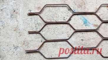 Как сделать приспособление для изготовления решеток из прутка Цена на оконные решетки намного выше себестоимости потраченного на их изготовления металла. Поэтому если вам их нужно несколько, то стоит сделать их своими руками. Для этого потребуется сварить несложное приспособление - кондуктор для гибки. Материалы: Стальной квадрат 10х10 мм; листовая сталь или