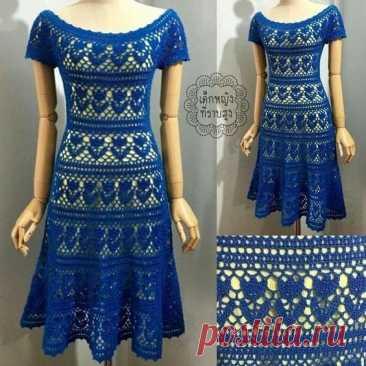 Синее платье с узором в цветочек