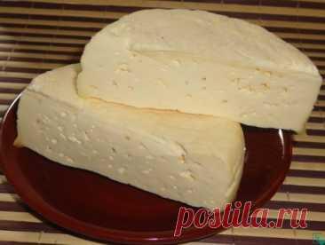 Твёрдый сыр из молока Ингредиенты: Творог — 500 гр. Молоко — 350 мл. Масло сливочное — 50 гр. Яйцо куриное — 1 шт. Соль — 0.5 ч. л. Сода — 0.3 ч. л. Процесс приготовления: 1.В металлическую кастрюльку положите творог. Залейте его молоком. Поставьте на медленный огонь и варите, постоянно помешивая ложкой или деревянной лопаткой. 2.Масса начнет плавиться, сначала станет жидкой, потом начнет густеть. Не прекращайте её перемешивать. Варите около 30 минут. 3.Когда масса уварится почти